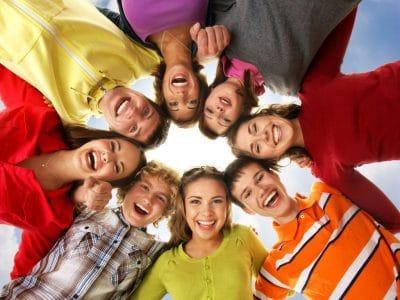 Los adolescentes se reúnen y se divierten mucho en las clases de francés que se ofrecen en la Alianza Francesa en adición de las muchas actividades que disfrutan en conjunto como talent shows y presentaciones